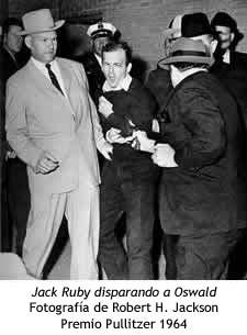 Jack Ruby dispara a Lee Harvey Oswald durante el trayecto al juzgado.