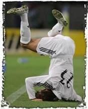 Un jugador del Madrid cayendo al suelo