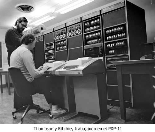 Thompson y Ritchie, trabajando en el PDP-11