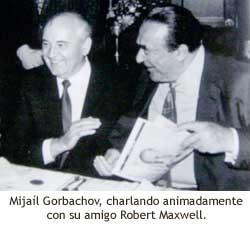 Mijaíl Gorbachov charla animadamente con Robert Maxwell