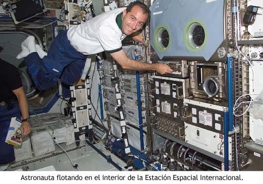Astronauta flotando en el interior de la Estación Espacial Internacional.