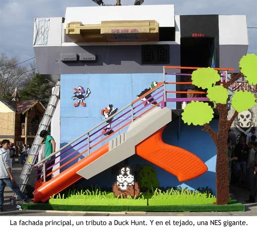 Casa nintendera - La fachada principal, un tributo a Duck Hunt. Y en el tejado, una NES gigante.