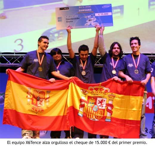 Los miembros del clan de Counter Strike de X6Tence alzan orgullosos el cheque de 15.000 € del primer premio
