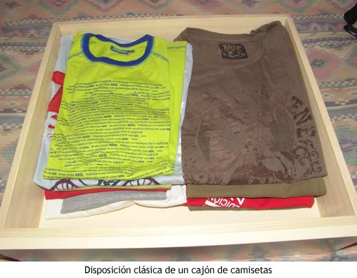Un cajón de camisetas normal y corriente