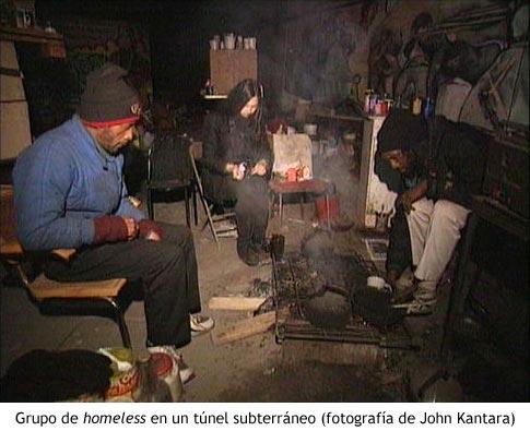 Grupo de homeless en un asentamiento subterráneo - Fotografía de John Kantara