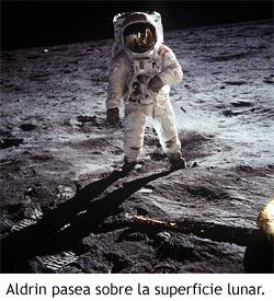 Buzz Aldrin pasea sobre la superficie de la luna.