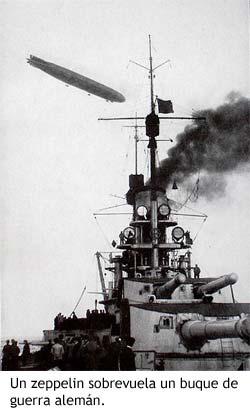 Un zeppelin sobrevuela un buque de guerra alemán