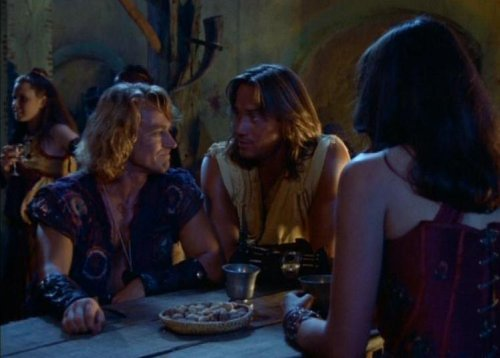 Hércules conoce a Xena - Iolaus, Hércules y Xena en la taberna