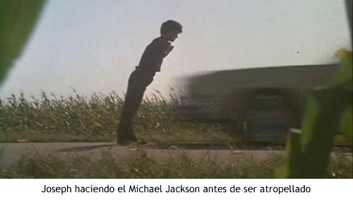 Joseph haciendo el Michael Jackson antes de ser atropellado